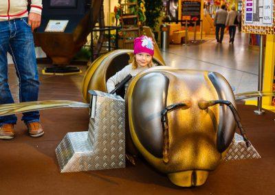 Kind sitzt in Bienenmodel
