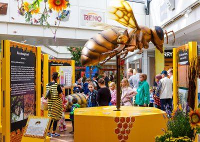 Stark vergrößertes Bienenmodell in Berlin