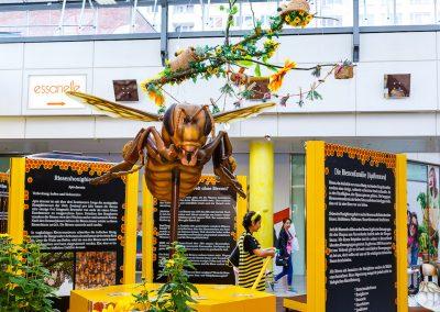 250 fach vergrößerte Biene als Element der Bienenausstellung
