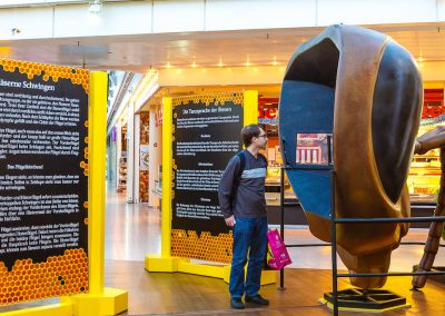 In this oversized bee head, very informative films about the life of the bees are shown
