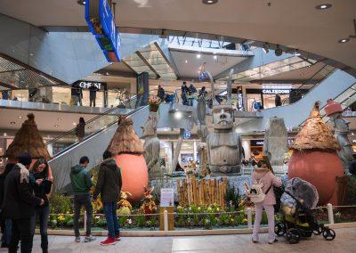 Kunden besuchen Osterausstellung im City Point in Kassel