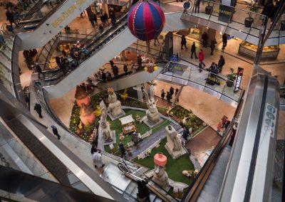 Blick auf die Ausstellung das Geheimnis der Osterinsel aus dem 4. Stock im City Point in Kassel
