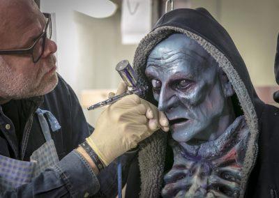 Harald von Hippel koloriert eine Zombiefigur für ein Geisterbahnprojekt