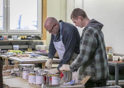 Harald von Hippel und ein Mitarbeiter der Abteilung Kleberei kontrollieren eine Farblieferung