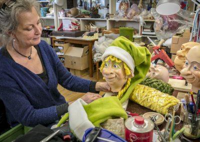 Kathrin von Hippel dekoriert den Kopf eines Weihnachtselfs