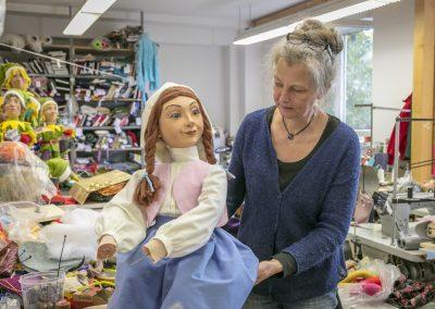 Kathrin von Hippel richtet das Kleid der Müllerstochter