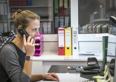 Michaela Di Lena bei der Büroarbeit im Büro der von Hippel GmbH