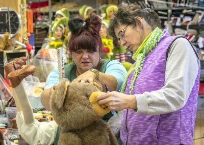 Mitarbeiter der von Hippel Gmbh gestalten einen Teddybär